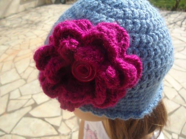 Gorro de lana de ganchillo adornado con una flor
